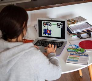 Una professora durant una classe a través de videoconferència, en una fotografia d'arxiu.
