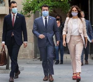El president de la Generalitat, Pere Aragonès, al costat de la consellera de Presidència, Laura Vilagrà, i el conseller d'Empresa i Treball, Roger Torrent, ahir dimarts.