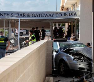 Dos morts en envair un cotxe la terrassa d'un bar a Múrcia