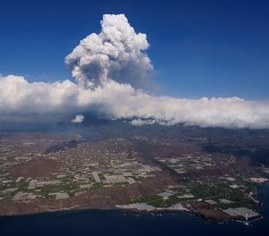 Vista presa des d'un helicòpter de la colada de lava del volcà de l'illa de La Palma.