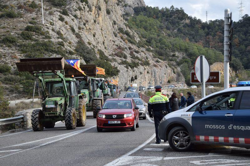 Los agricultores cortan tres carreteras leridanas por los recortes y los daños de la fauna salvaje