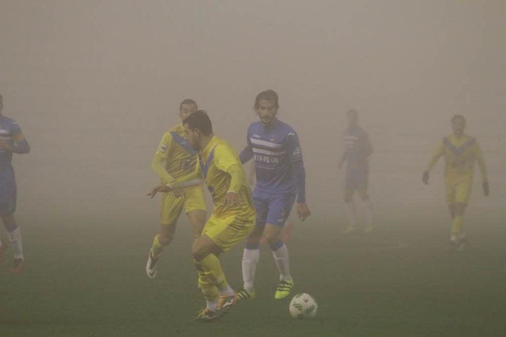 Imatges del Lleida Esportiu - Badalona, un partit jugat enmig d'una intensa boira