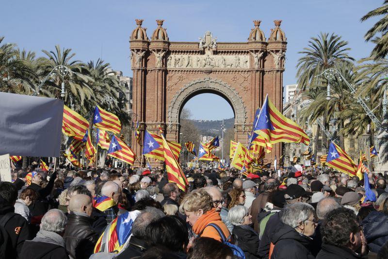 Miles de personas se manifiestas ante el TSJC en apoyo a Ortega, Rigau y Mas.