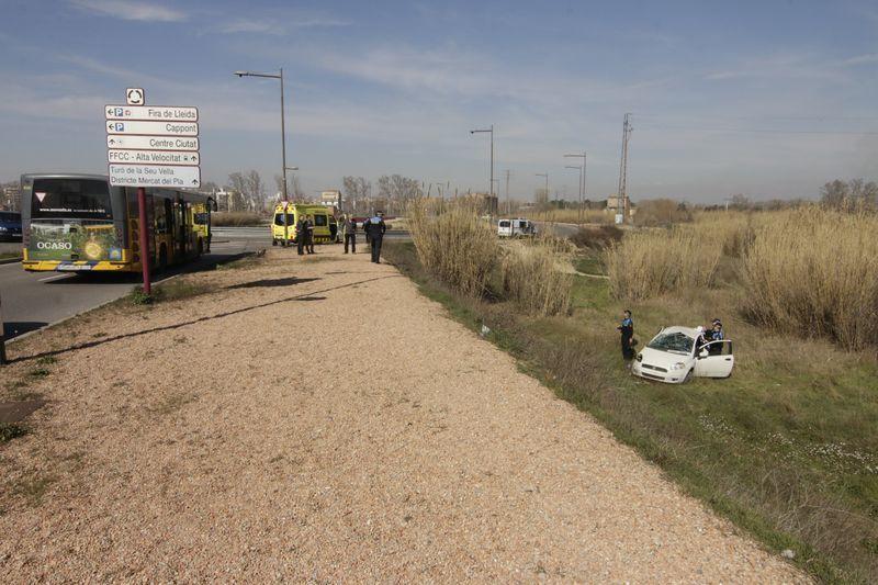 Accident entre un cotxe i un autobús a Lleida, a la rotonda de l'avinguda Victoriano Muñoz amb Camí de Picos, a la altura de Fira de Lleida.