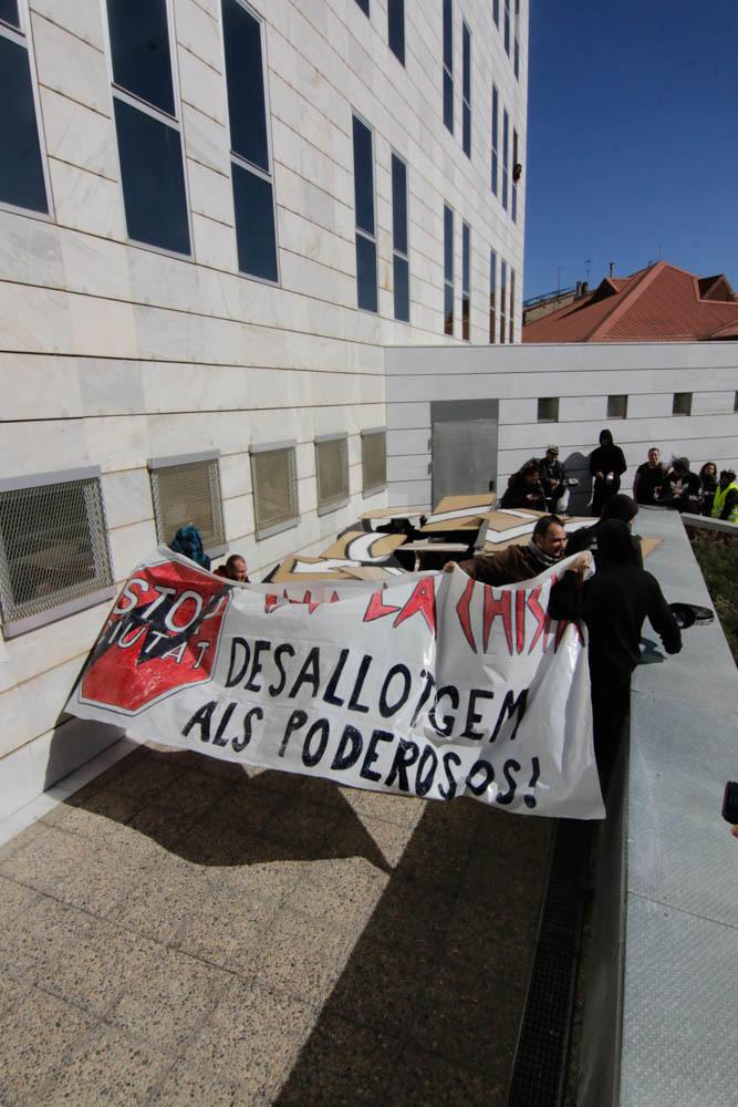 Imatges de la protesta del casal La Chispa a Lleida