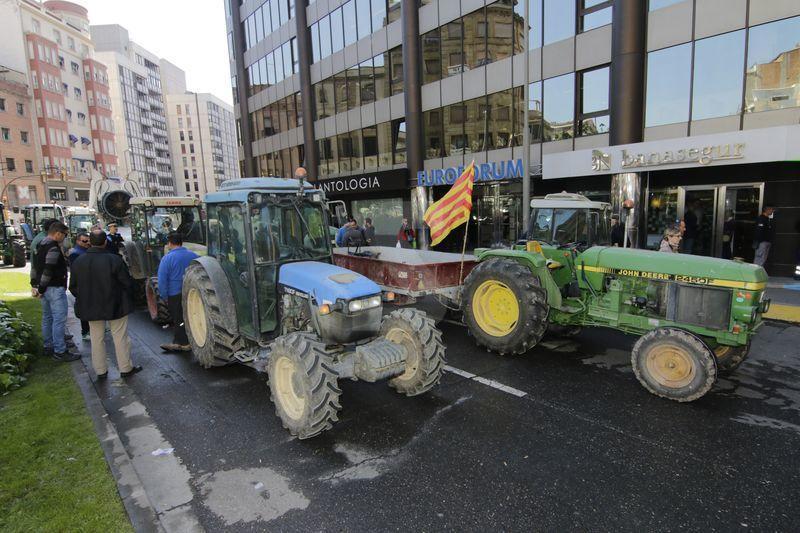 Una cincuentena de tractores colapsan el centro de Lleida en una protesta contra la crisis de precios en la fruta