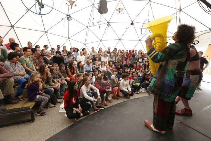 Miles de visitantes disfrutan de los espectáculos de payasos.