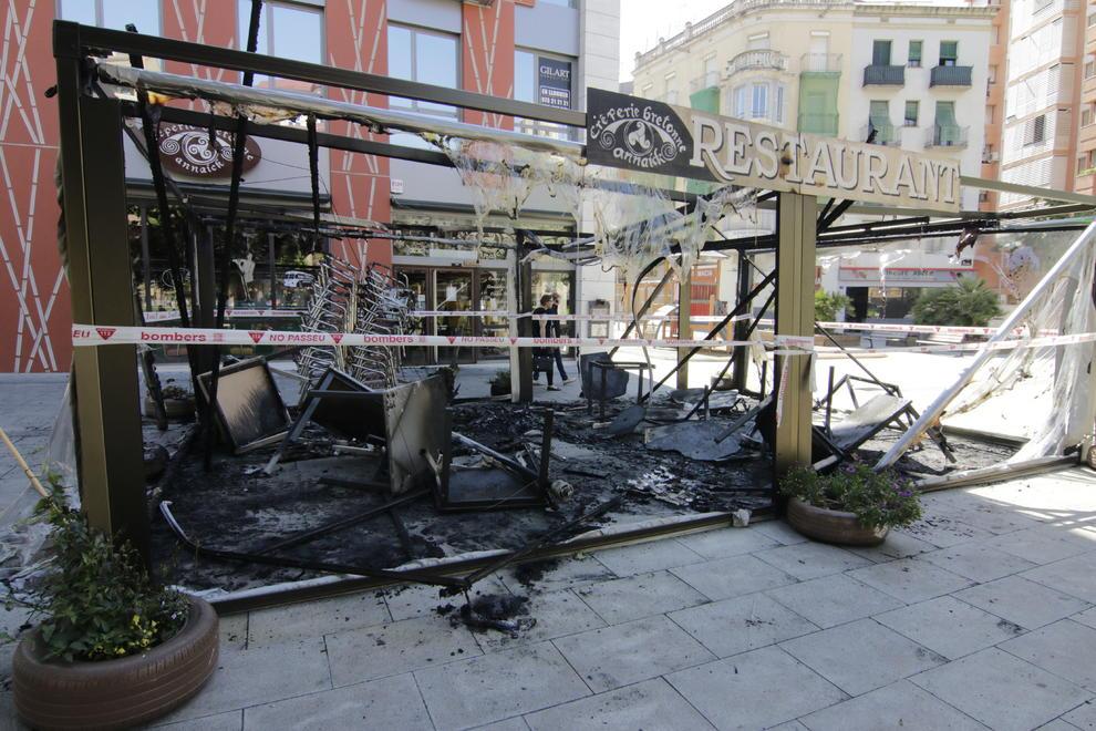 Arden la terraza de un restaurante y una isla de - Artesiete cartelera las terrazas ...