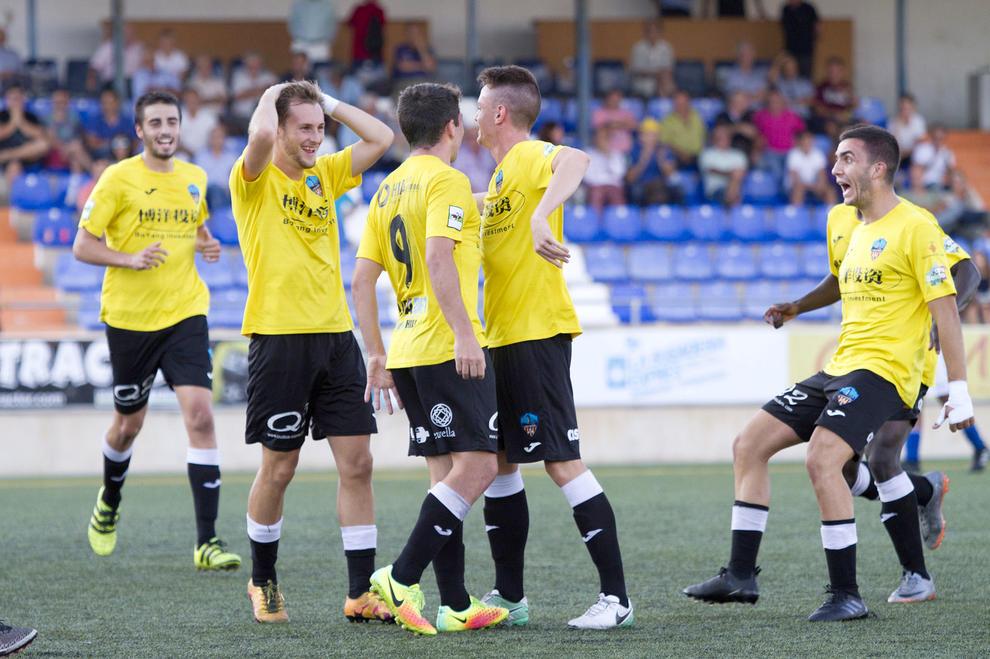 Els jugadors del Lleida Esportiu B celebren la victòria aconseguida en el  partit d ahir 0cbd3cb318396