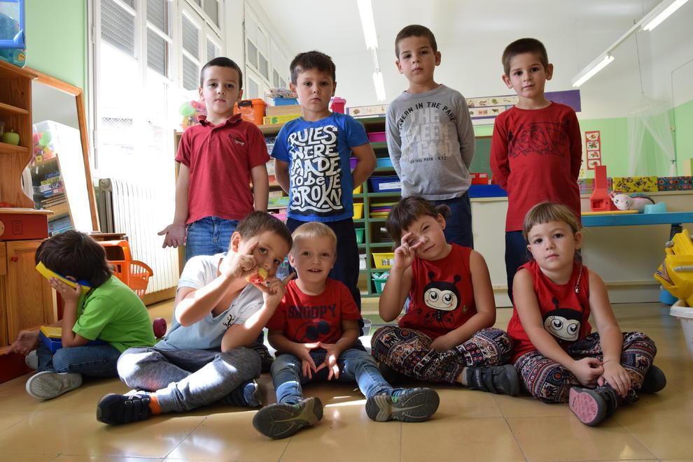 Els nou alumnes que van iniciar ahir el curs a lescola de Sant Esteve dAlàs. Els de davant són els nous.