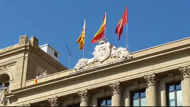 Regidors dERC despengen la bandera espanyola de la Paeria
