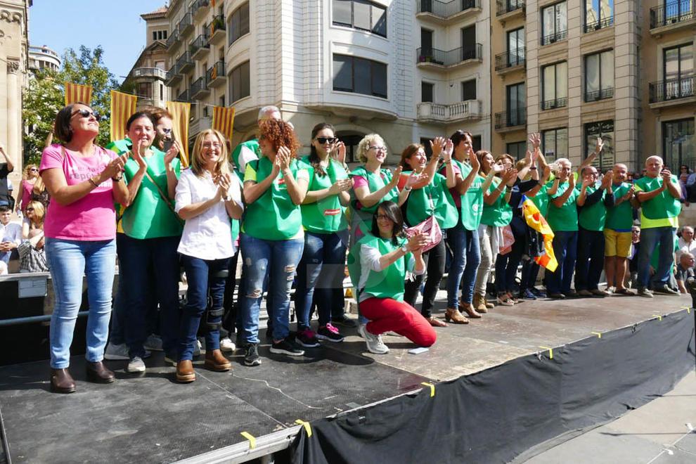 """Milers de persones es mobilitzen de manera cívica en centenars de municipis, molts de Lleida, contra la """"repressió"""" i a favor del referèndum. Van ser convocats per l'ANC i Òmnium"""