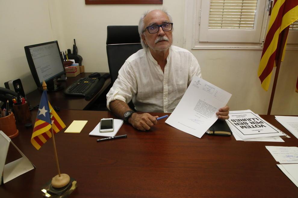 Lalcalde dOliana sosté lescrit amb què la Guàrdia Civil va requerir la documentació.