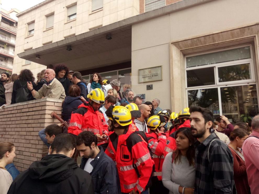 Bombers al departament de Salut de Lleida.