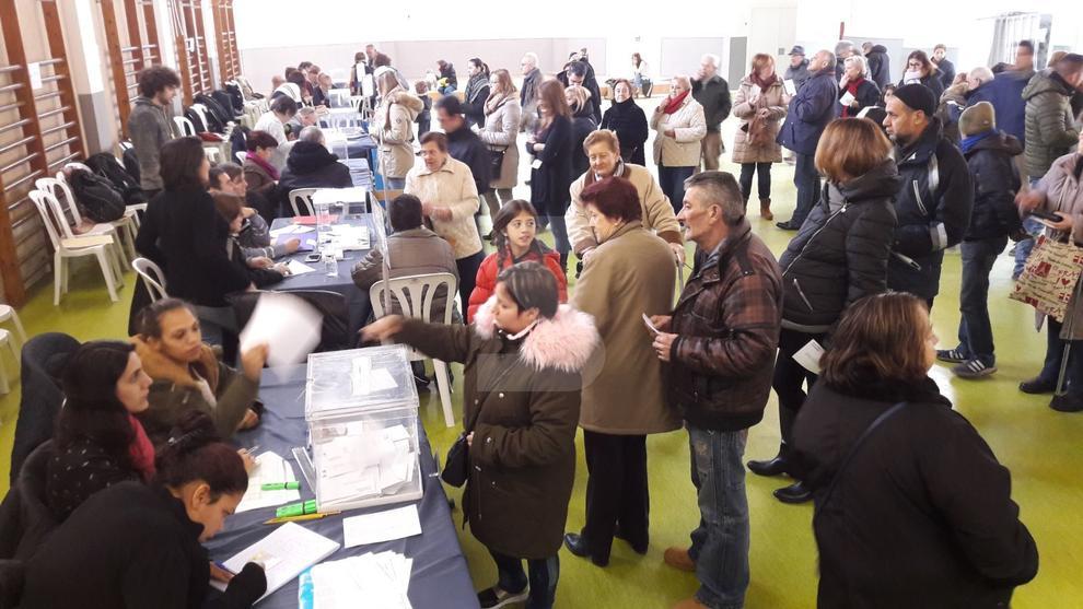 El colegios electorales de Lleida, con colas desde primera hora de la mañana.
