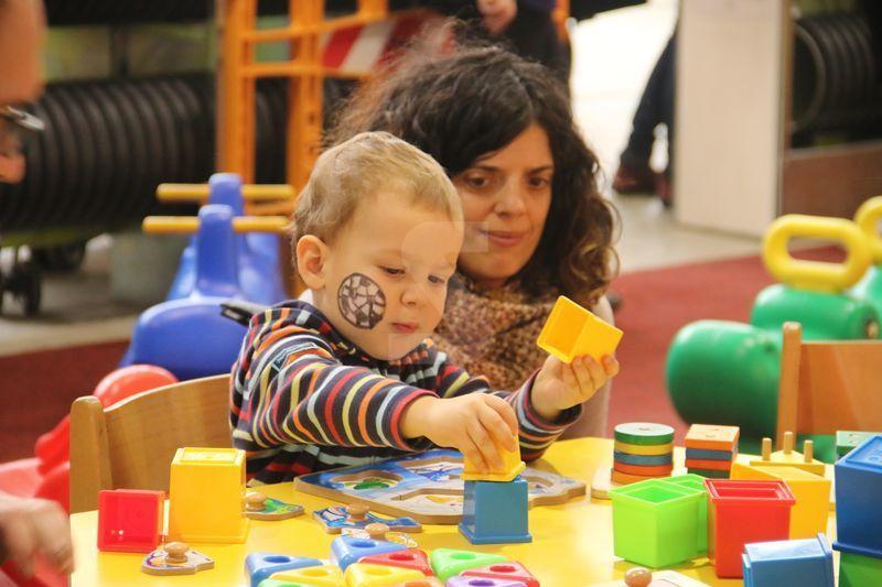 Imatges del parc infantil de Nadal de Lleida, que obre les portes amb un total de 50 d'activitats
