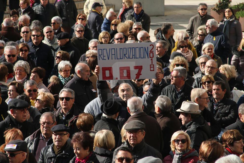 Centenars de persones, convocades per la Marea Pensionista, protesten a Lleida per exigir pensions dignes