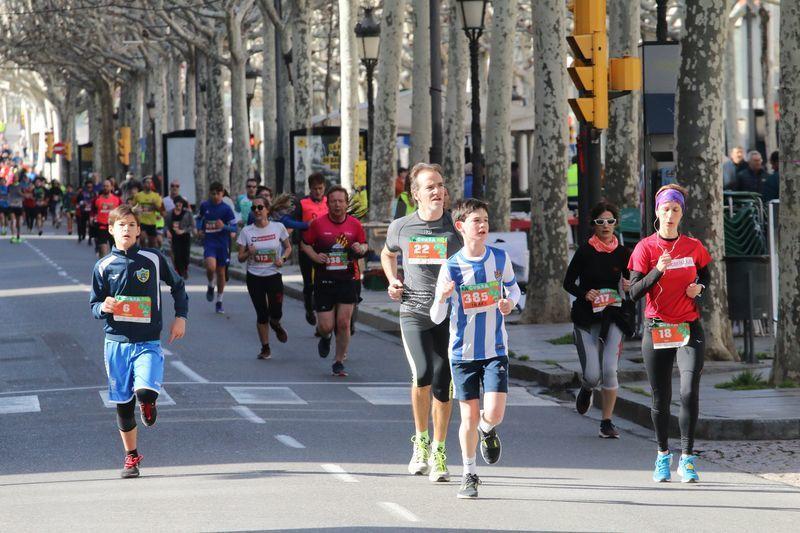 Más de un millar de participantes recorrieron las calles de Lleida en una carrera solidaria a favor de los derechos de la infancia.