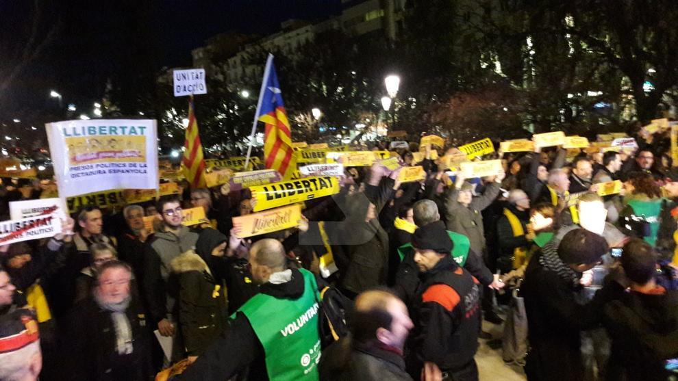 En Lleida, centenares de personas han protestado ante la delegación del Gobierno del Estado en Lleida