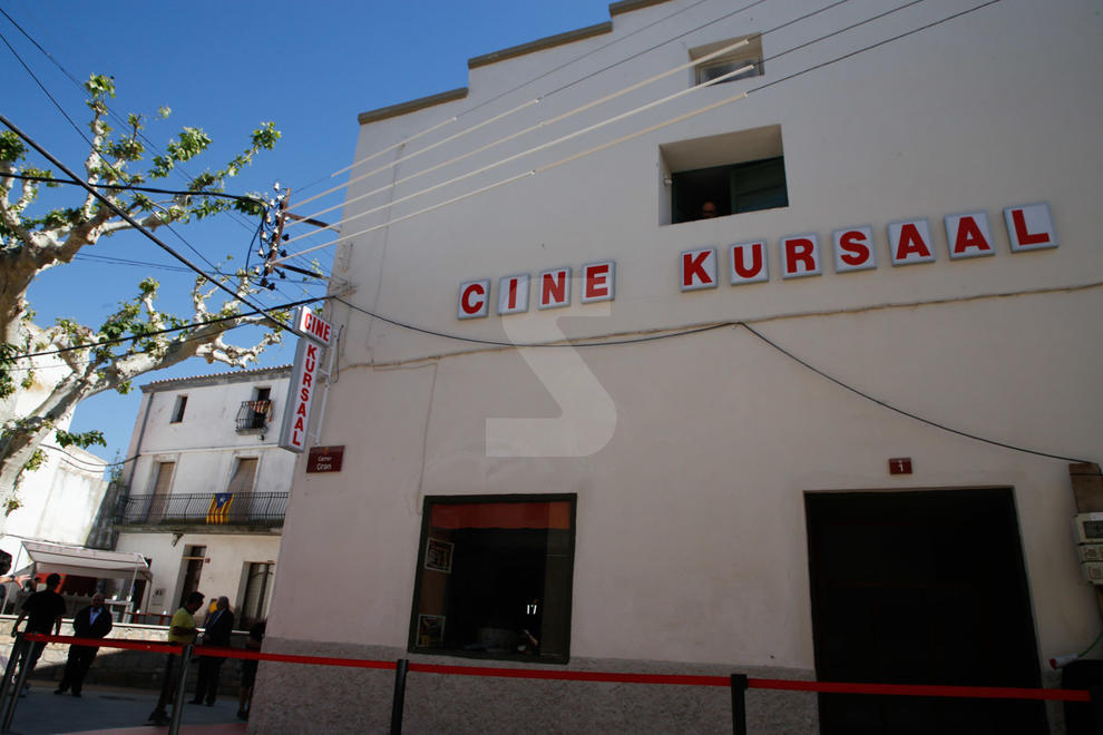 Imatges de la reinauguració del cinema Kursaal de Penelles, amb l'aventurer i presentador Jesús Calleja