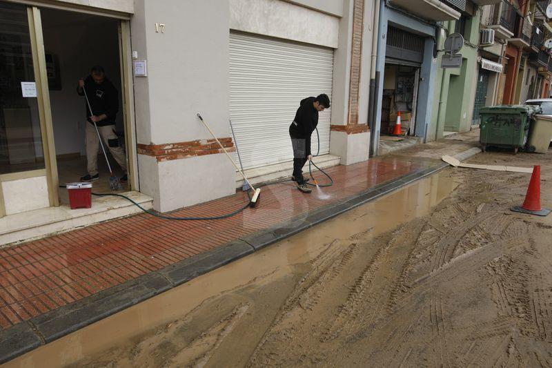 Magatzems, locals i baixos d'habitatges seguien negats dimarts després de la tempesta de dilluns.
