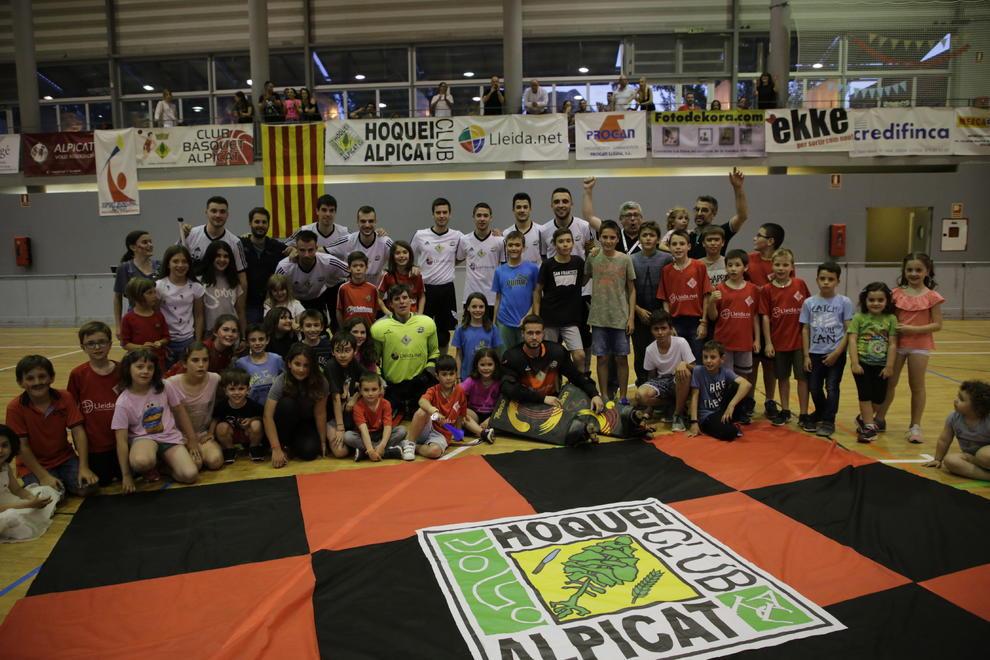 Els jugadors del Lleida.Net Alpicat celebren la permanència amb joves  aficionats de l  bdc3c1cc75843