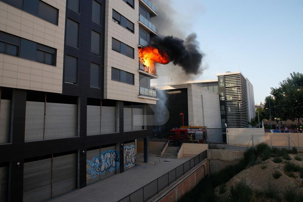 Imatges de l'espectacular incendi en un edifici de Cappont