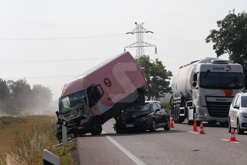 Imatges de l'accident a l'N-240 entre un vehicle, una furgoneta i un camió
