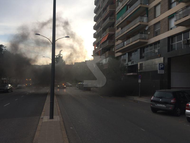 El incendio obligó a cortar la calle durante varias horas y a alejar a los vecinos de la zona por la densa humareda que salía del interior del aparcamiento.
