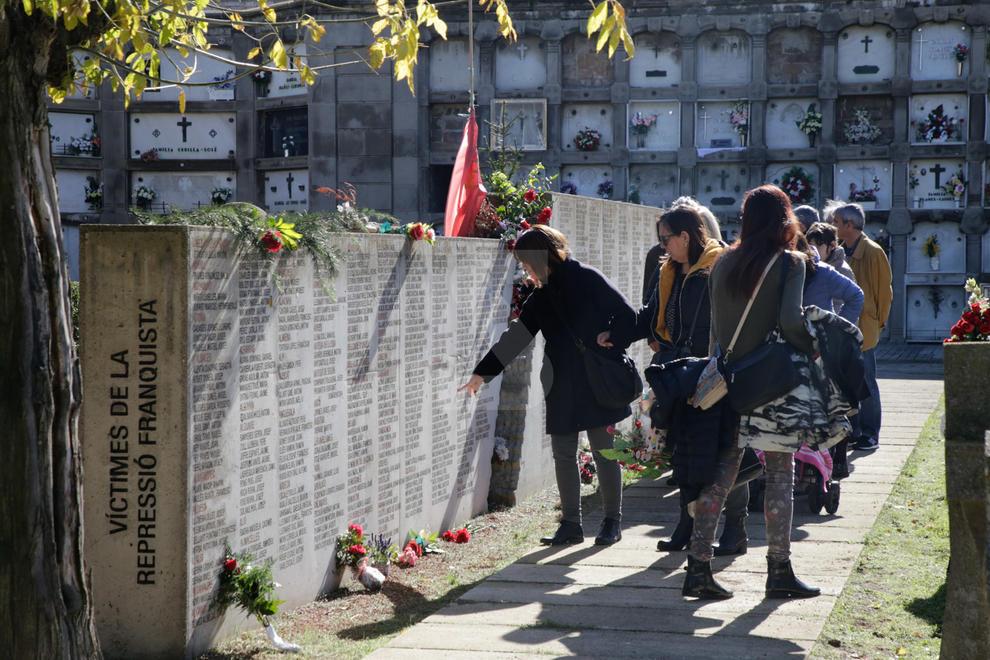 Imatges de la diada de Tots Sants al cementiri de Lleida