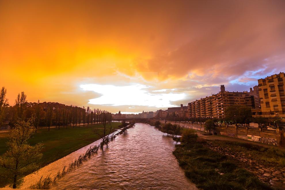 La tempesta que va caure ahir passades les cinc de la tarda a la ciutat de Lleida va deixar un cel de múltiples colors vius com el violeta, el taronja o el groc i fins i tot un gran arc de Sant Martí
