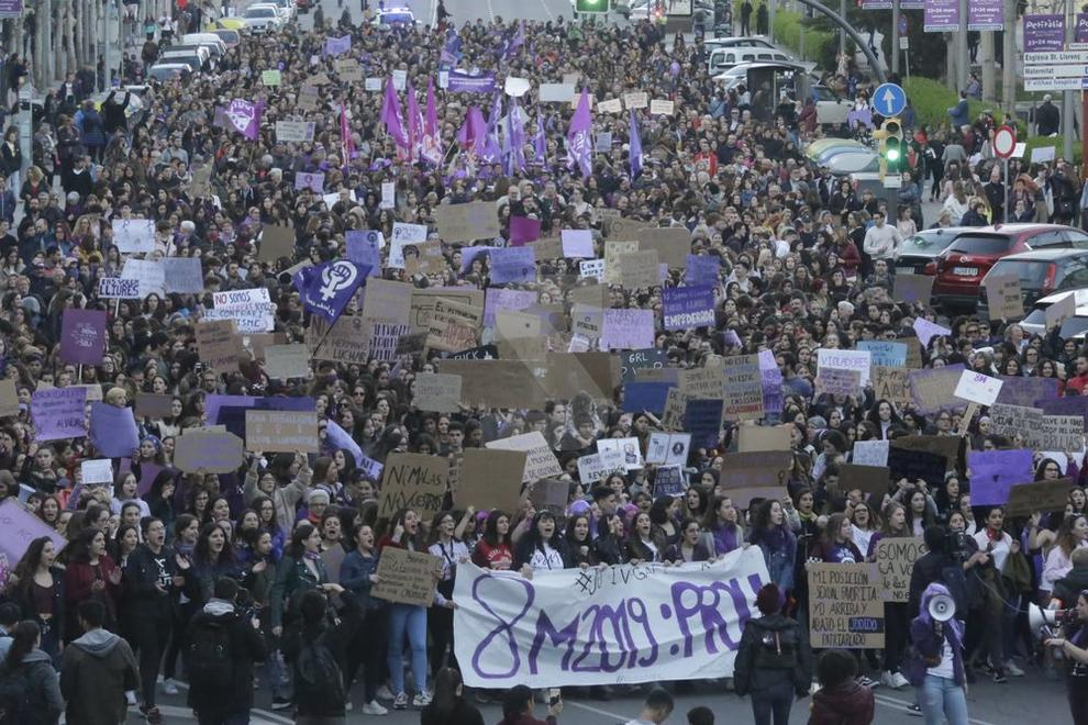 Jornada amb dos manifestacions per falta d'un acord entre els col·lectius feministes Marea Lila i la Coordinadora del 8-M.