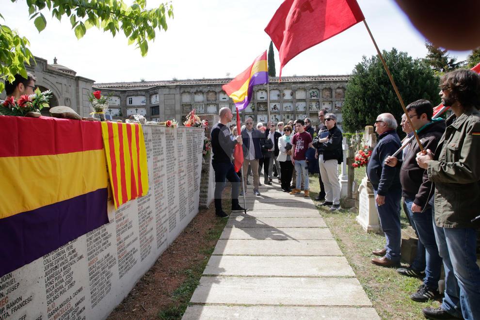 Dos-centes persones es reuneixen al cementiri de Lleida per recordar les víctimes del franquisme