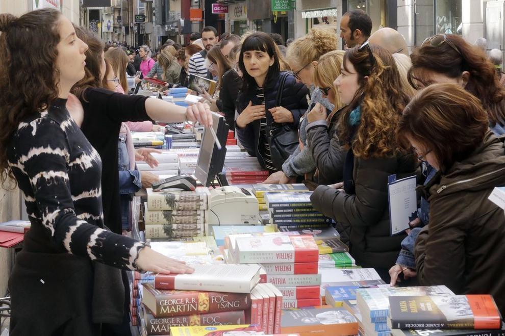 Rosas y libros llenan las calles de Lleida