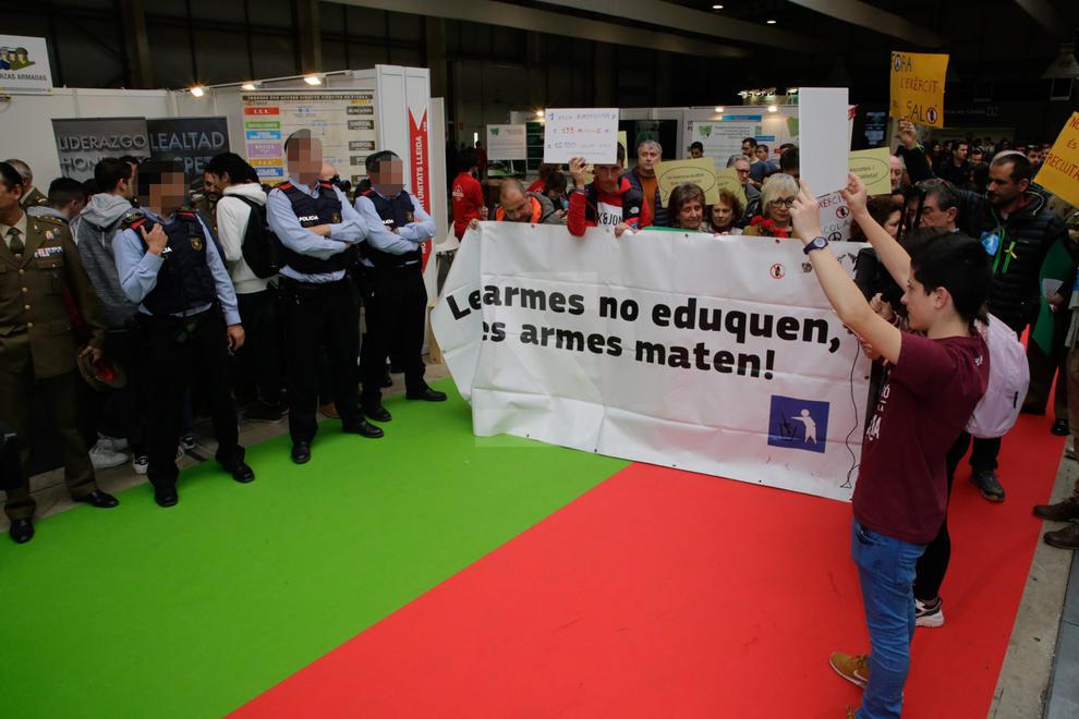 Una desena d'estudiants s'han manifestat avui per la presència de l'Exèrcit a la Fira FP de Lleida