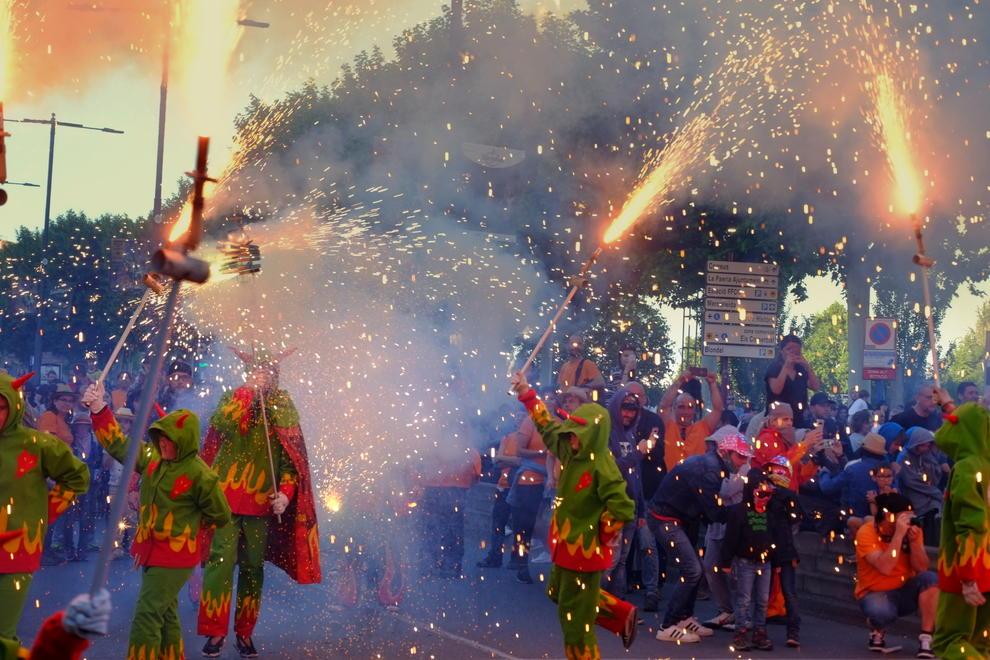 Imatges del correfoc i els focs artificials que van tancar la Festa Major de Lleida