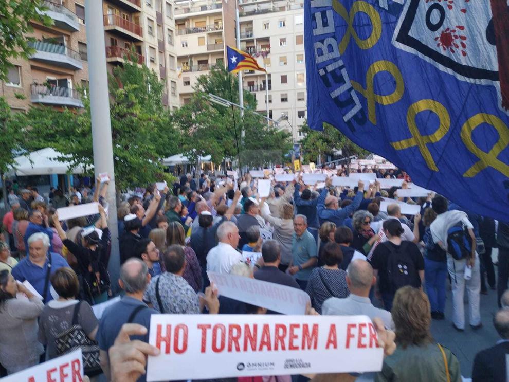 Desenes de manifestants a la plaça Ricard Viñes sota el lema 'Llibertat. L'autodeterminació és un dret'