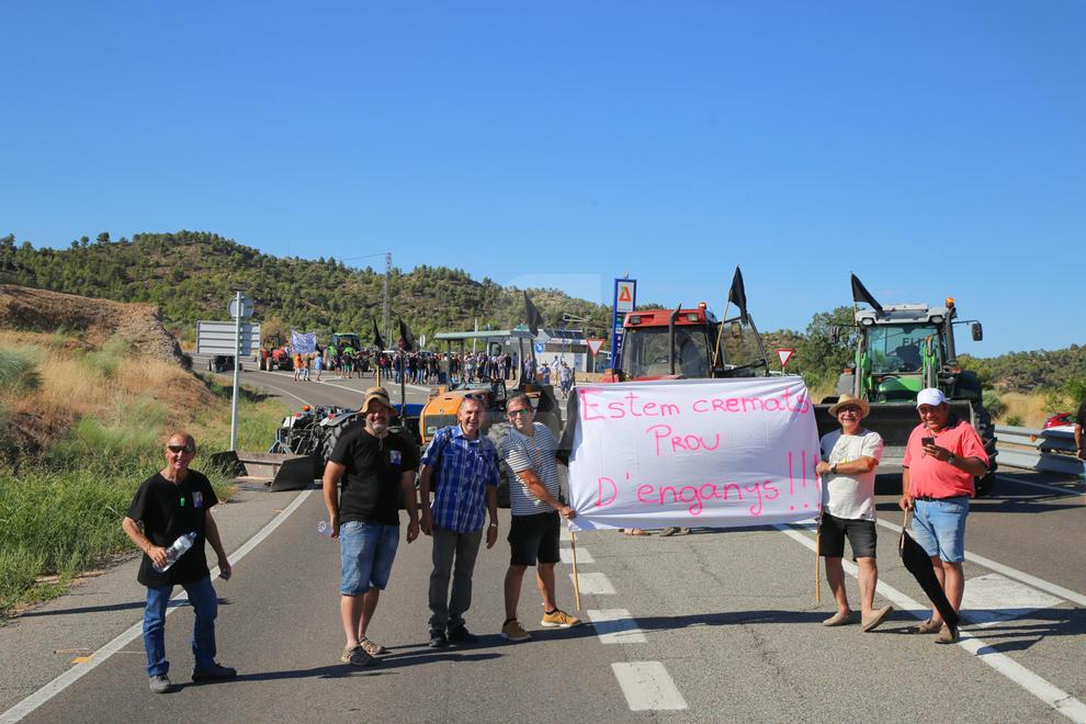 Els afectats per l'incendi de la Ribera d'Ebre tallen la C-12 a Flix i exigeixen ajuts urgents
