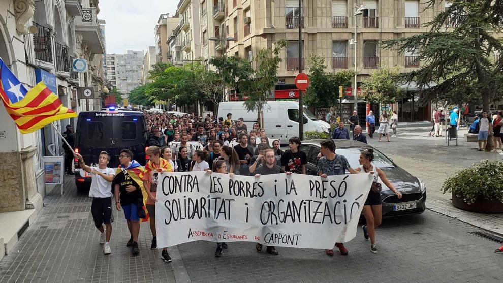 Unes 300 persones s'han concentrat davant del Rectorat i han anat fins a la subdelegació del Govern espanyol