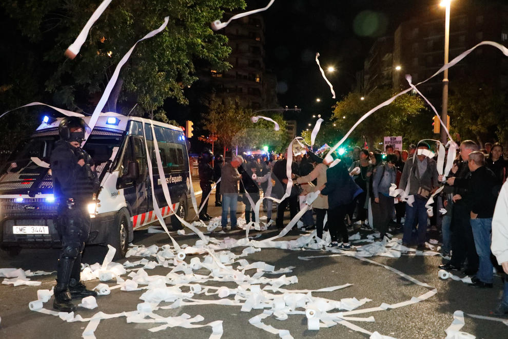 La marxa va anar de Ricard Viñes fins a la subdelegació del Govern || Van tirar els rotllos a la plaça de la Pau i davant la comissaria de la policia de Prat de la Riba