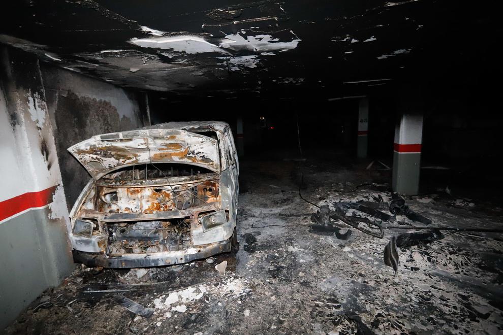 Els Bombers de la Generalitat van sufocar ahir un incendi en un pàrquing del carrer Metall a Alcarràs