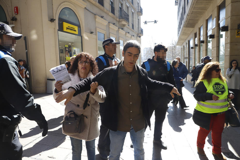 Activistes de la PAH van perseguir i es van encarar amb Talamonte al carrer Major.