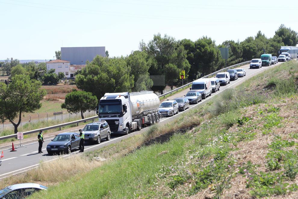 El confinament al Segrià i els controls a les vies d'accés ha provocat aquest dimarts cues quilomètriques. En aquestes imatges, als accessos a l'Autovia A2 a Torrefarrera i ALpicat