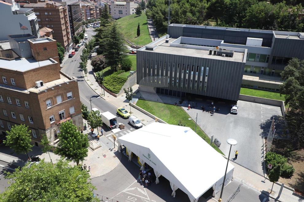 Muntatge de la carpa al CAP Prat de la Riba de Lleida