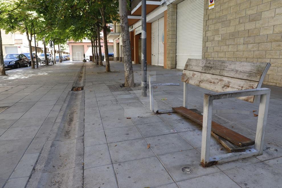 """L'associació de veïns de la Bordeta ha demanat a l'ajuntament que repari els cinc bancs que hi ha en una plaça del carrer Àger l'estat dels quals és """"deplorable""""."""