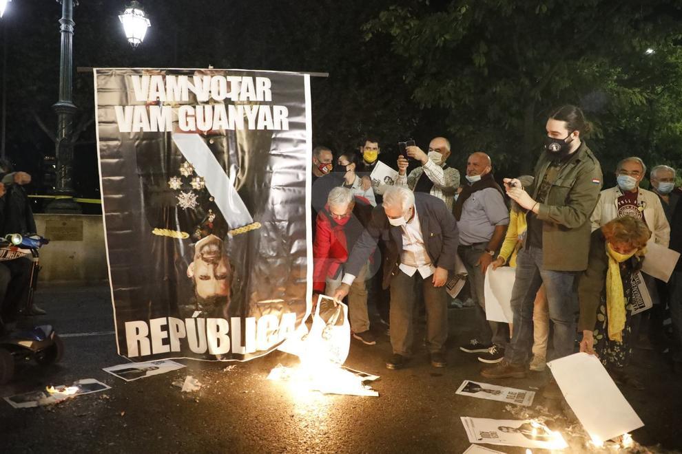 En Lleida los concentrados quemaron una gran foto del monarca.