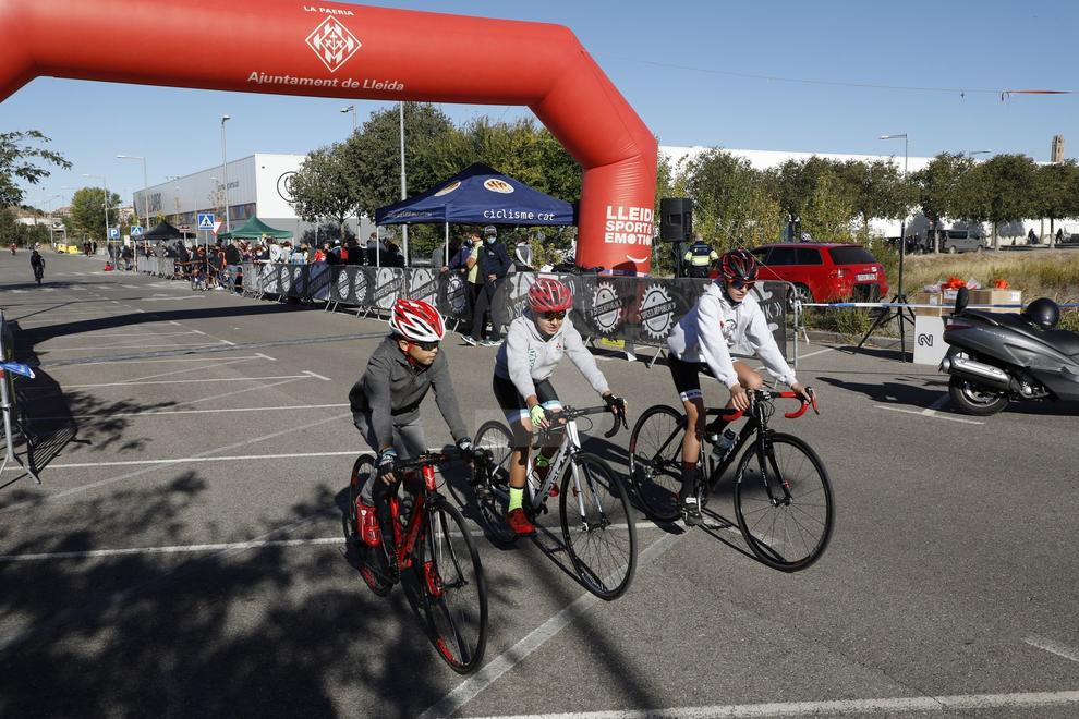 Reuneix 90 ciclistes al carrer Ramon Rubial de Lleida.