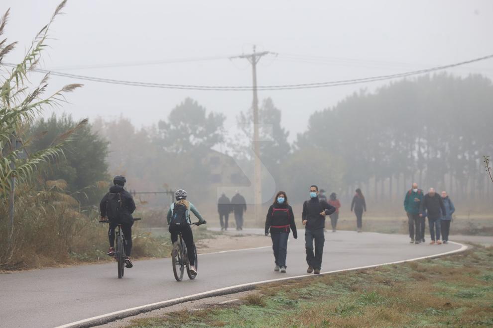Malgrat la boira matutina que es va aixecar amb el pas de les hores, diumenge hi va haver centenars de persones que van acudir a la canalització del riu, el parc de la Mitjana o l'Horta per fer caminades, rutes amb bicicleta o a córrer.