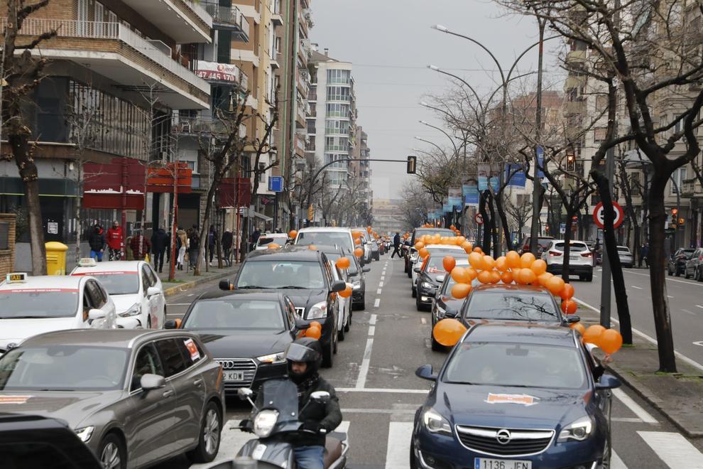 Una marcha de vehículos recorrió este domingo Lleida para protestar contra la nueva ley de Educación, la LOMLOE o ley Cela.