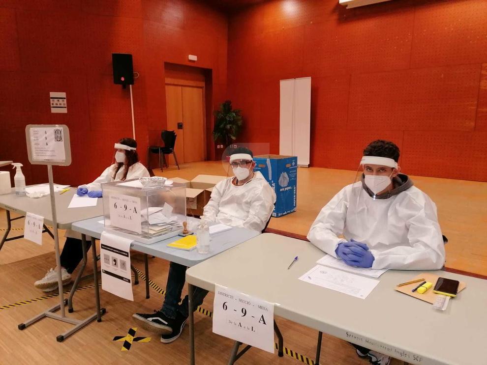 Miembros de una mesa electoral de Lleida con los equipo de protección.